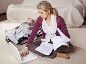 мама с малышом работает