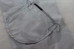 стачиваем мешковины прорезного кармана