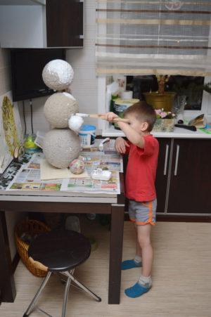 ребенок разукрашивает снеговика