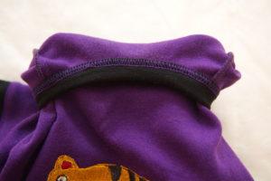горловина детской футболки вид с изнаночной стороны