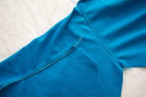 притачиваем и отстрачиваем рукава к детской футболке