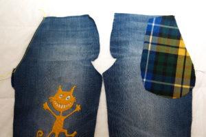 притачиваем мешковину бокового кармана в детские джинсы