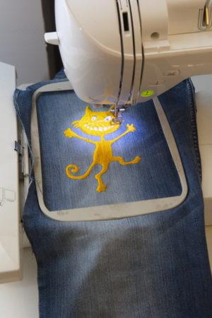 процесс вышивки кота