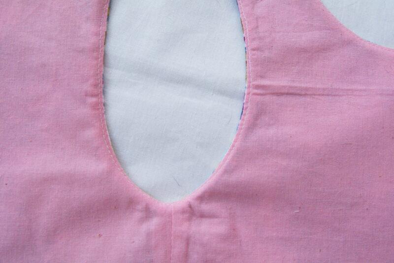 отстрачиваем проймы лифа детского платья