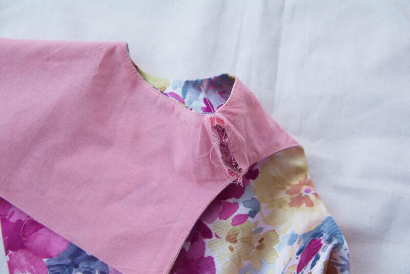 стачиваем плечи на подкладке лифа детского платья
