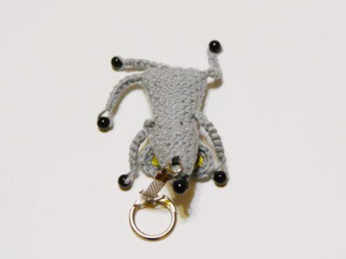 пришиваем крепление для брелока вязаная мышка