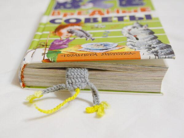 вязаная мышка закладка в книге вид сзади