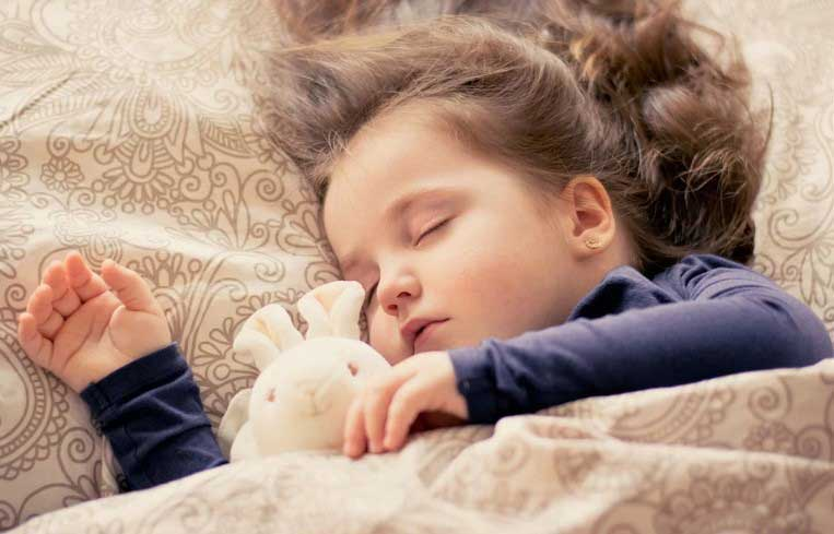 Двегодишно момиченце спасило майка си