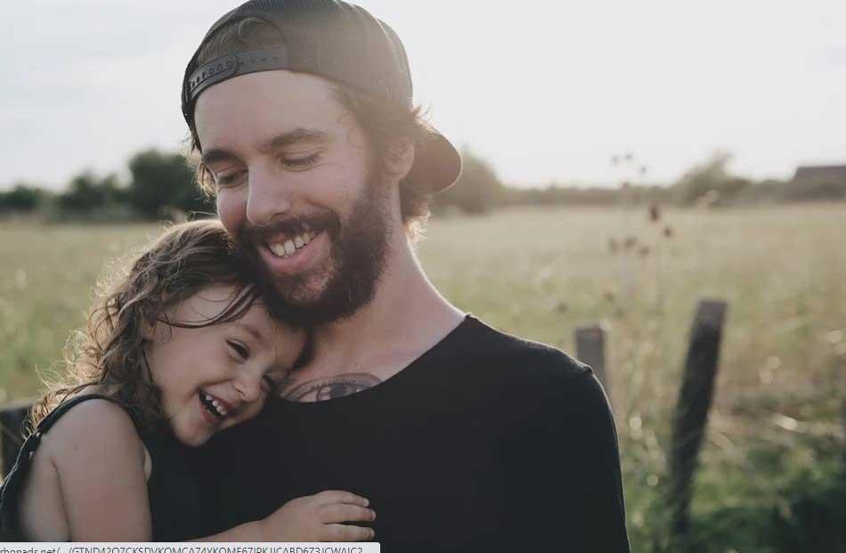 Бащата учи дъщерята