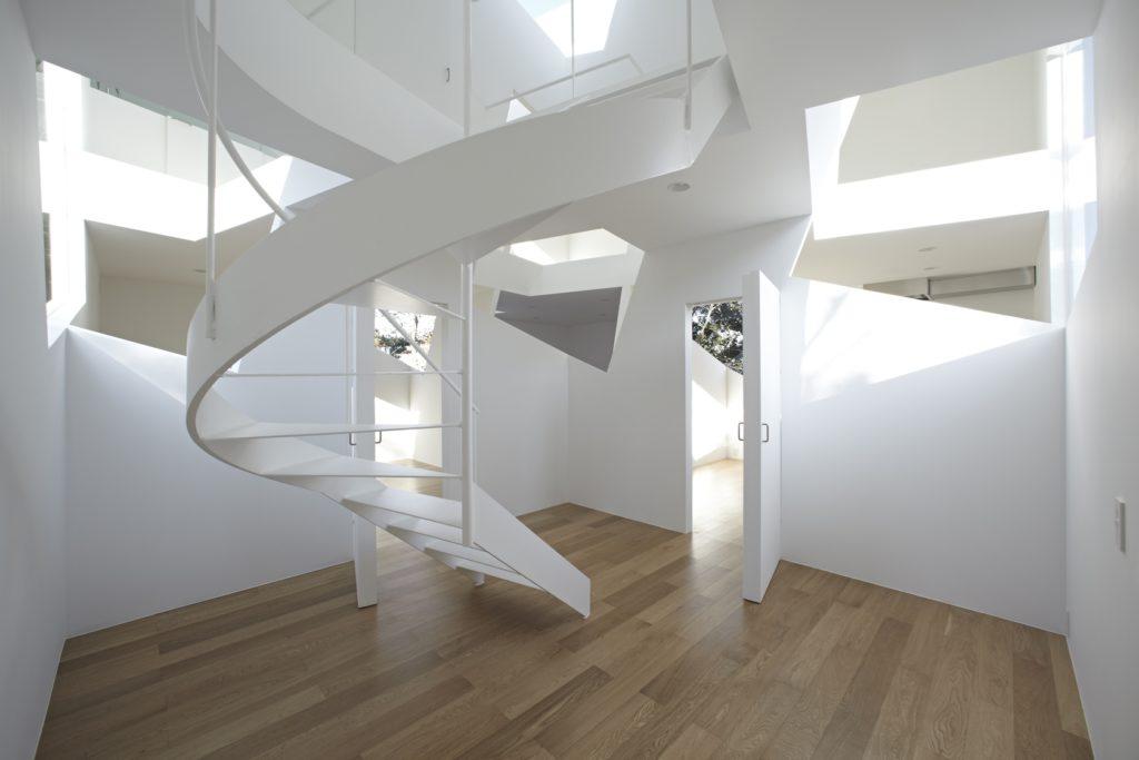 A csavar lépcsőház stílusos kialakítása