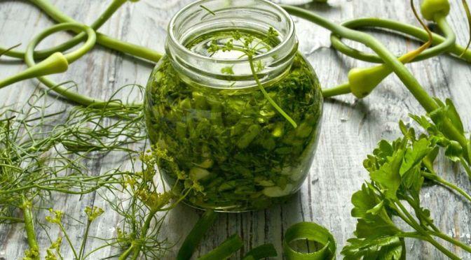 Рецепт зеленой заправки для салатов на зиму