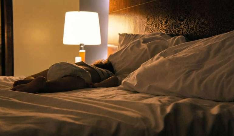 Чем опасен сон не в полной темноте и когда лучшее время для сна