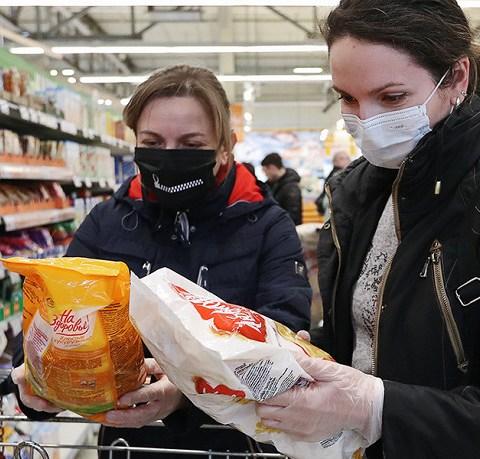 Как избежать заражения коронавирусом через продукты и воду
