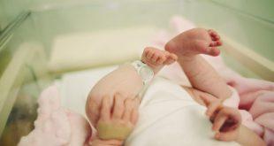 Prekrásne VIDEO zachytávajúce dieťatko po narodení v plodovom vaku