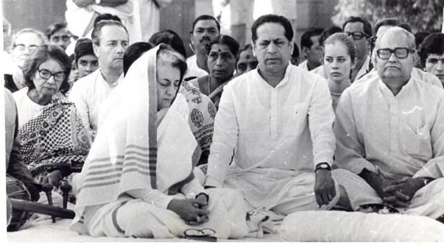 Derrière Indira Gandhi