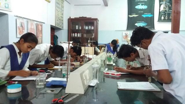 Classe de sciences à l'école Nai Talim