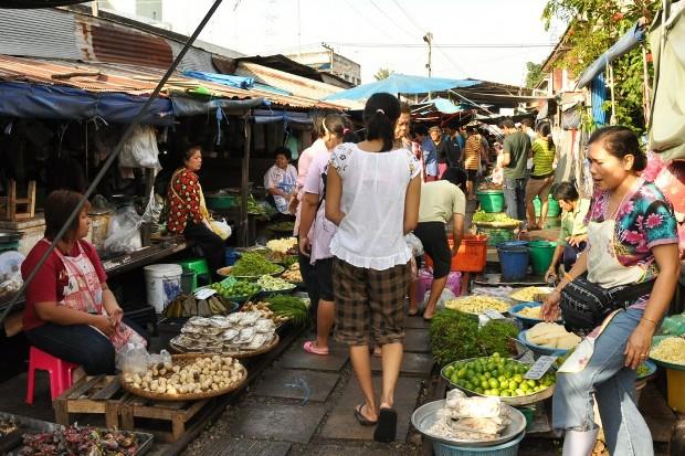Залізниця, що проходить через ринок Маеклонг (Maeklong Market Railway) (Таїланд)