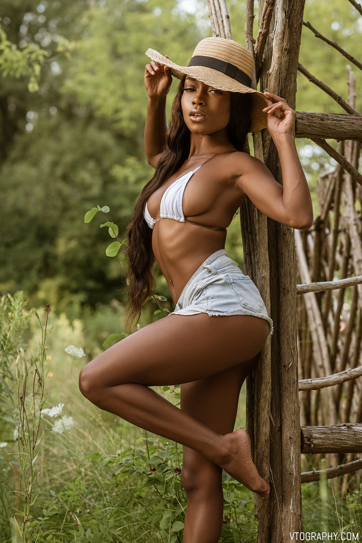 Brittany (@itssbrittbrat) — Queen Of The Splits — Black model in denim shorts and straw hat