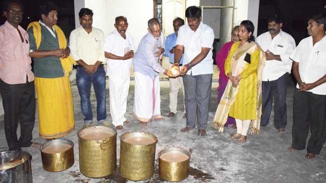 Free Ayurvedic medicine distribution for respiratory problems at Rajamahendravaram JIMS Ayurvedalayam