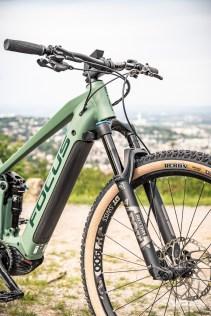 """Le cintre particulièrement haut, et la longueur du vélo très contenue. Position """"confort"""" donc..."""