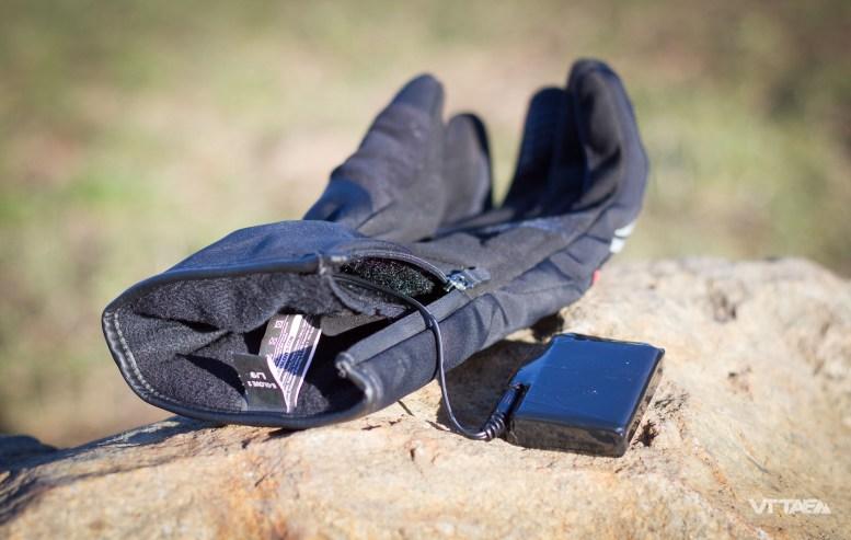 Les batteries se logent discrètement dans une poche à l'intérieur du gant côté paume dans la manchette. Elles se laissent oublier, ne bougent pas, ne perturbent pas les mouvements et sont surtout très facile à loger/déloger de cette poche.