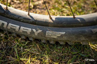 Les très bons pneus Schwabe Magic Mary prennent place en 2.6 de section. Carcasse Super Gravity à l'arrière pour assurer une bonne résistance aux crevaisons...