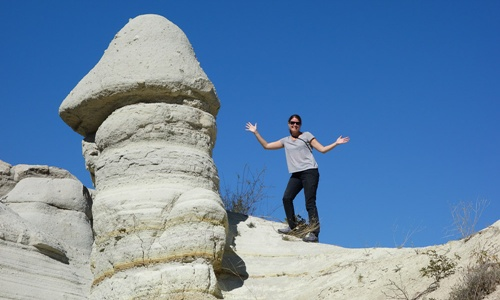 tạo dáng với cột đá cappadocia