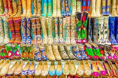 một tiệm giầy trong chợ Grand Bazaar