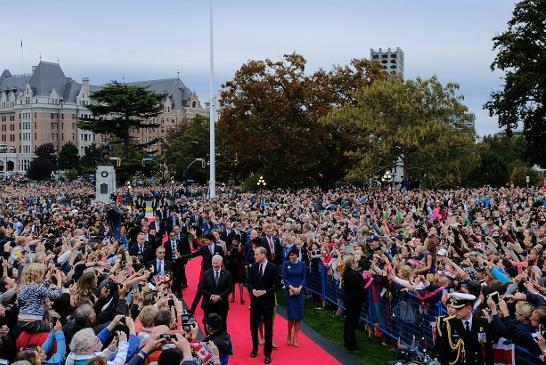 圖:威廉王子夫婦9月24日傍晚抵達省議會,數以千計的民眾在省議會外歡迎劍橋公爵一家到訪。(卑詩省府)