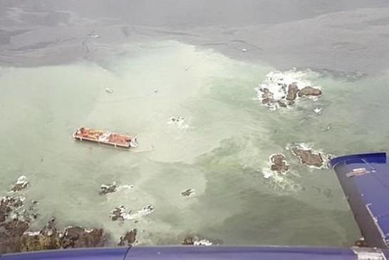 圖:一艘美國拖船10月13日凌晨在貝拉貝拉海域觸礁,船上20萬公升燃油外漏,造成大自然災難。(Canadian Coast Guard)