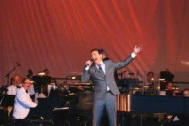 Michael-Feinstein-Sings-Gershwin-with-the-Pasadena-Pops.-300x200