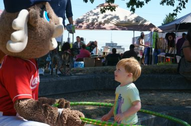 htsf2017raineer moose and kid hulahoop
