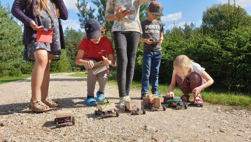 Vaikai ir radijo bangolis valdomos mašinėlės