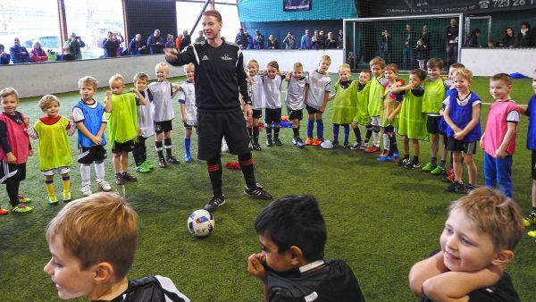 Fußball Kiddies: Kinderturnier. Trainer Rene teilt die Mannschaften ein