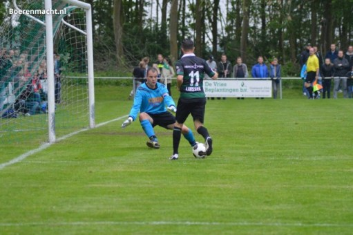 Jaap Sikkema, nieuwe trainer van vv Gieterveen, oog in oog met voormalig FC Groningen speler Bryan Linssen. Foto: boerenmacht.nl