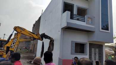 Photo of कुख्यात अपराधी रोहित के पवासा के  दो अवैध मकानों पर  चले हथोड़े