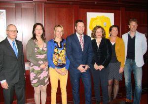 Minister Schippers met (onder meer) Marianne en Henk Timmer en Bert Konterman.