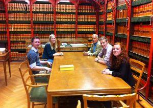 De Groevenbekers en VVD-lid Rijk Hammer in de parlementsbibliotheek