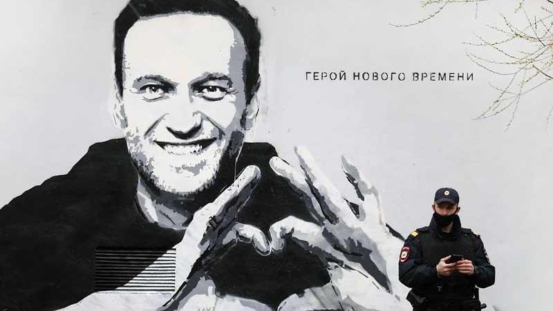 Граффити с Навальным и чиновнички в футляре