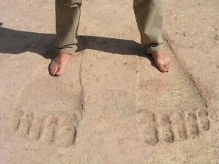 アヌンナキの印?アインダラ神殿の巨大な足跡を見る