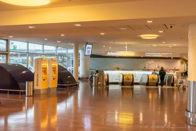 空港と直結しているアーランダエクスプレスと券売機。