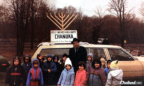 Rabbi Moshe Hecht with students at the New Haven Hebrew Day School in Connecticut, 1987.