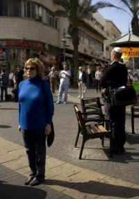 Israelenses param em memória a vítimas do Holocausto