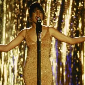 """Whitney Houston em cena de """"O Guarda-Costas"""" (1992), longa estrelado pela cantora e o ator Kevin Costner"""