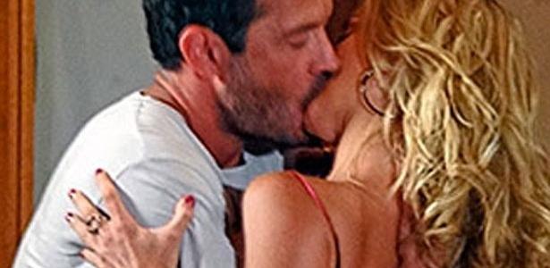 Teodora beija Quinzé e pede para morar na mansão de Griselda