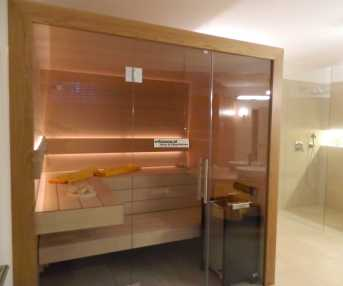 Elementsauna in Badezimmer integriert.