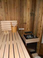 Sauna mit rustikaler Altholz - Täfelung.