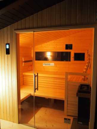 In Dachschräge integrierte Infrarot- Sauna. En ungenutzter Balkon wird zur Sauna.