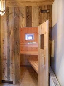 Sauna in Zirbe kombiniert mit Altholz Fichte