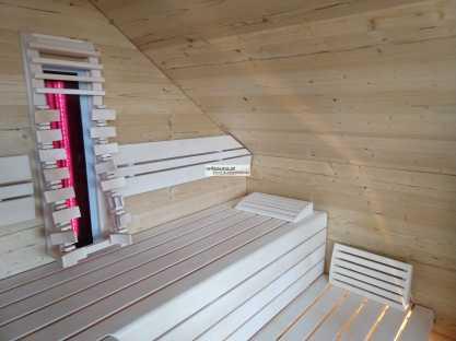 Wände aus pflegeleichten Saunapaneelen in Altholz Fichte.
